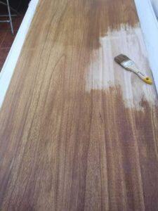 barnizando la plancha de madera